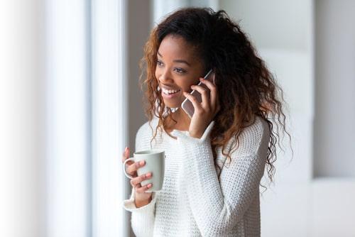 女性が電話している画像