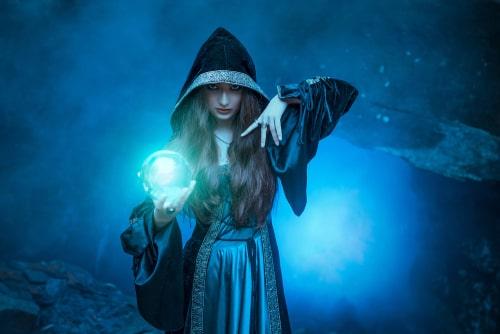 呪術を操る占い師