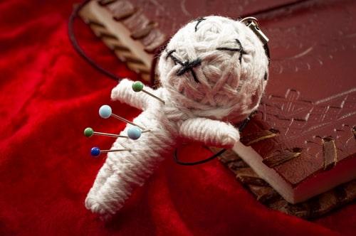 人形にピンを指している画像