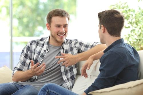 男性同士で会話している画像