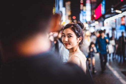 男性と女性が見つめ合っている画像