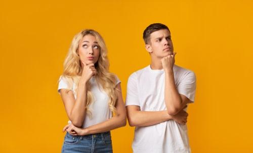 男性と女性が考え事をしている画像