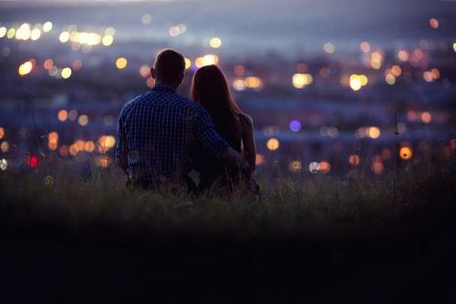 カップルが夜景を楽しんでる画像