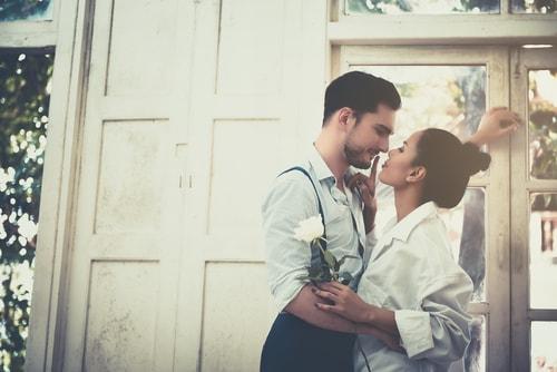 男女が愛し合っている画像