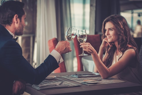 男女がディナーを楽しんでいる画像