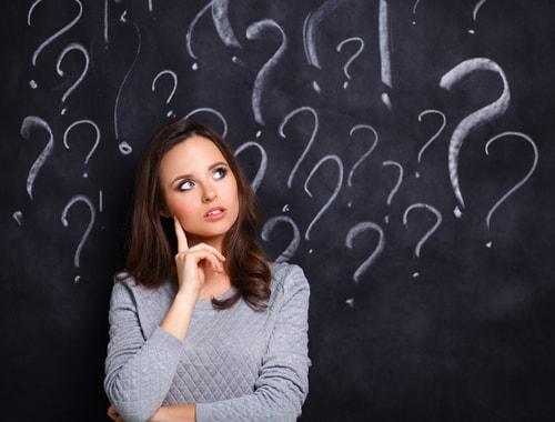 疑問を抱く女性の画像