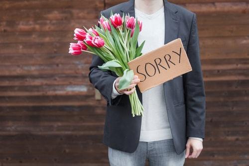 男性が謝っている画像