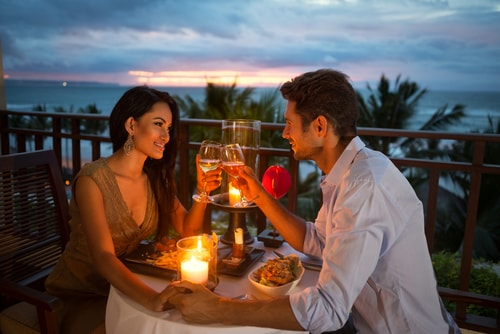 男女が食事をしている画像
