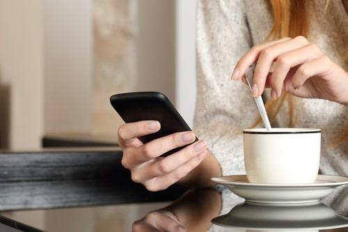 女性がスマートフォンを操作している画像