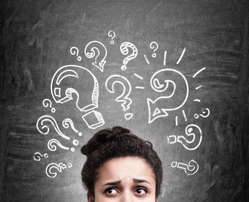 女性が何かに疑問を持っている画像