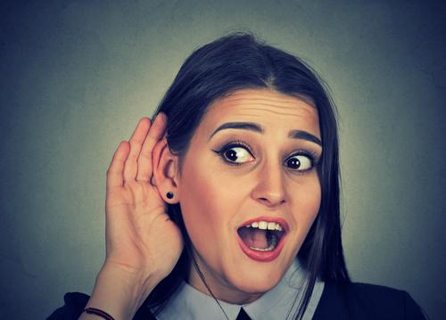 女性が耳に手を当てている様子