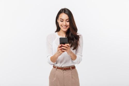 女性が携帯を操作しているイラスト