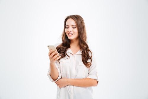 女性が電話を操作している画像