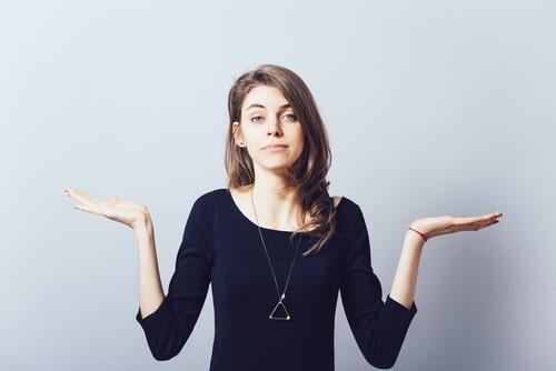 女性が何かに疑問を感じている画像