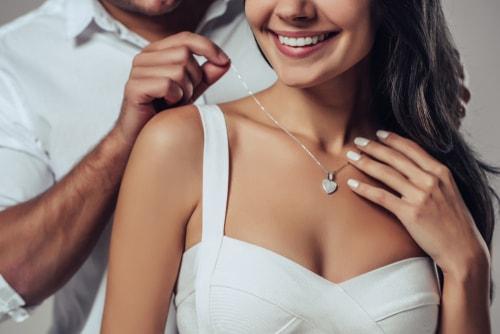 ネックレスに喜ぶ女性
