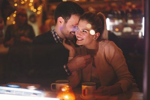 喜び合っている男性と女性