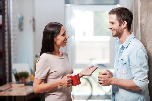女性と楽しそうに話す男性