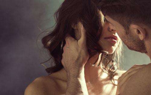 キスをしようとしている男性と女性