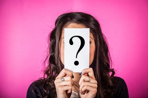 何かに疑問を抱いている女性