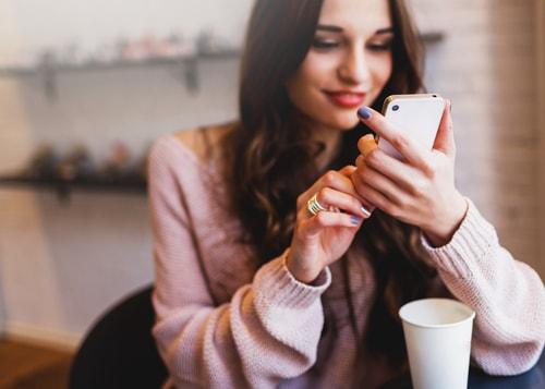 カフェで携帯を操作している女性