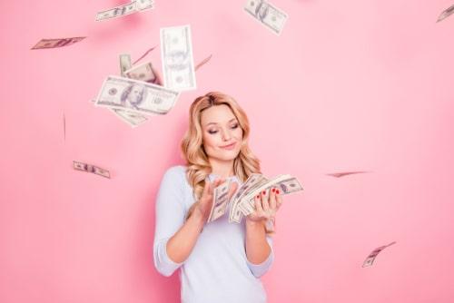 女性がお金を浪費している画像