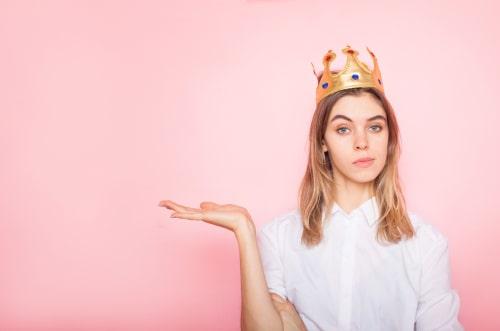 王冠を被っている女性