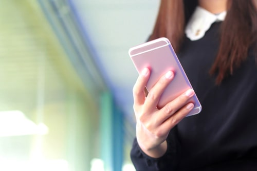 スマートフォンを操作している女性の様子