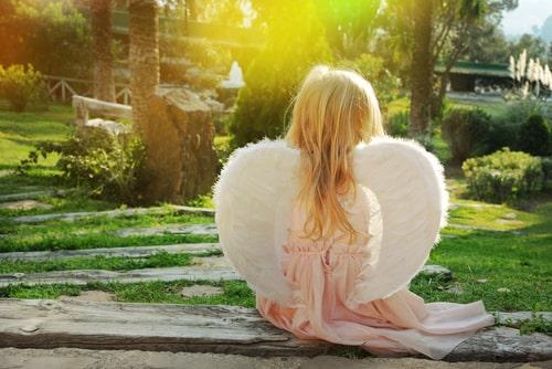 天使の格好をしている女の子