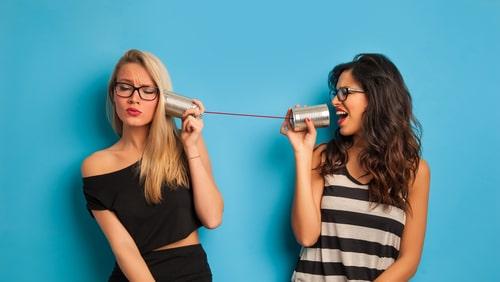 糸電話をしている女性たち