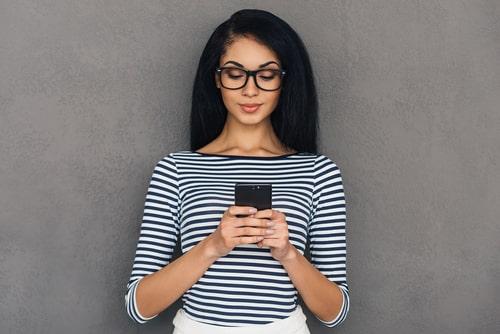 携帯を操作している女性