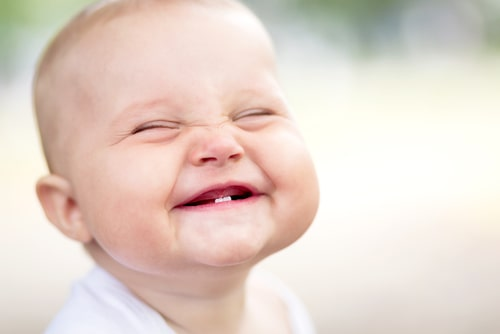 赤ちゃんが笑っている様子