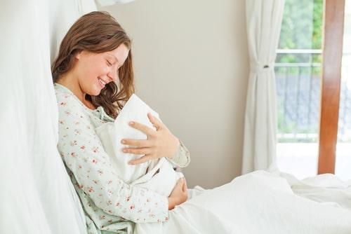 女性が赤ちゃんを抱きかかえている様子