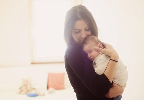 女性が赤ちゃんを抱っこしている写真