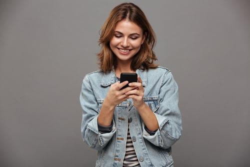 女性が携帯を操作している