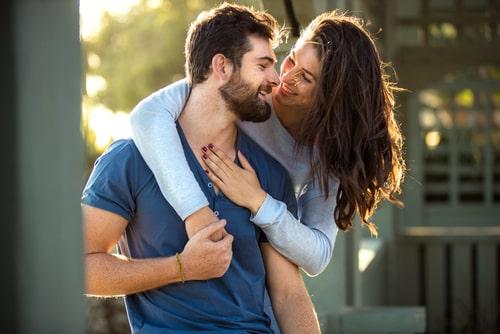 女性と男性が愛し合っている様子