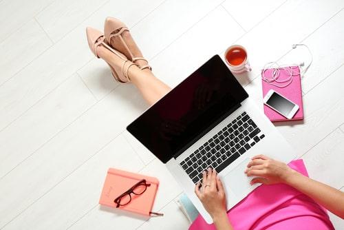 女性がパソコンを操作している様子