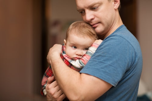 赤ちゃんを抱っこしている男性の様子