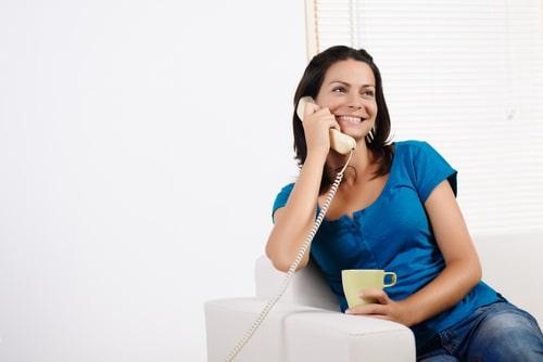電話をしながら微笑んでいる女性