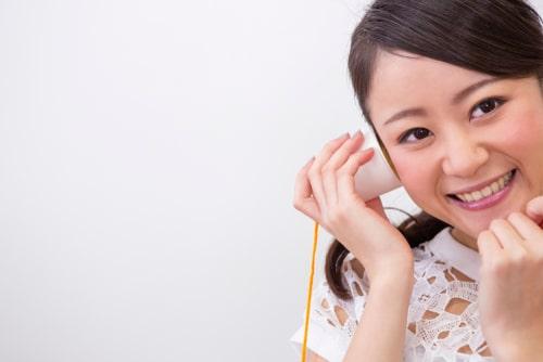 女性が糸電話をしている様子