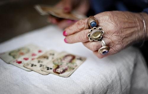 カードを引いている女性の様子