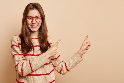 女性が何かに指を指している様子