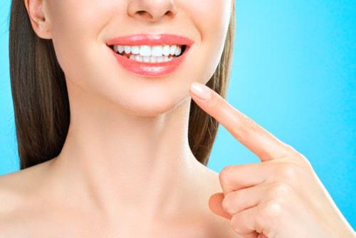 女性が歯を見せている画像