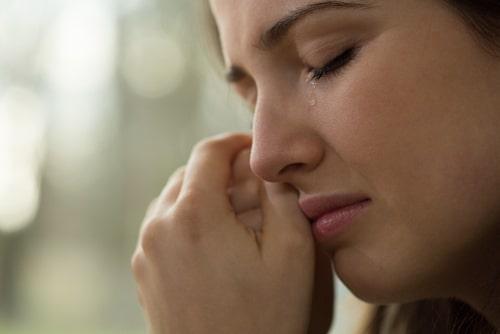 女性が泣いている画像