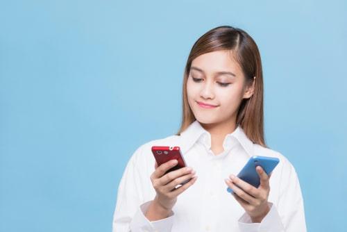 女性が携帯を比較している様子