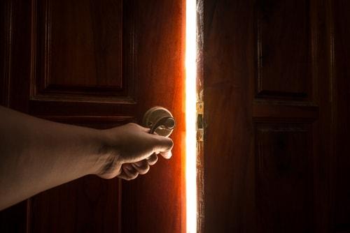 扉を開けている画像