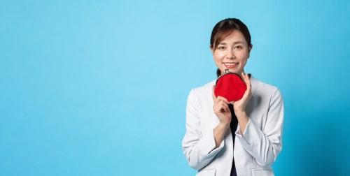 女性が赤い丸を持っている画像