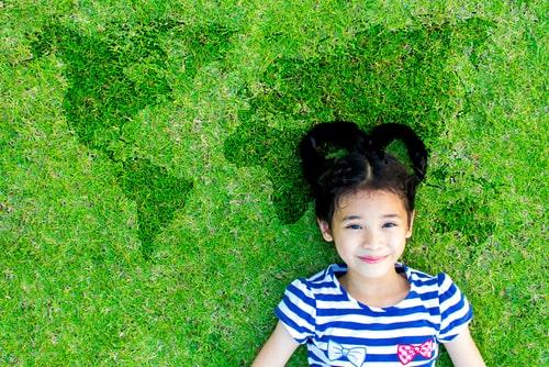 女の子が芝生で寝そべっている画像