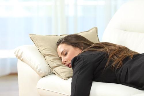 女性が疲れている画像