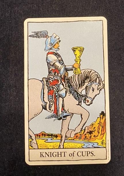 タロットカード「カップのナイト」の正位置の画像