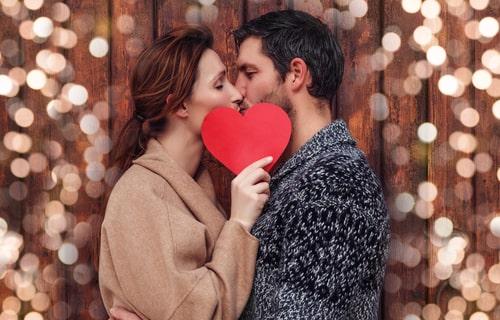 女性と男性がキスをしている画像